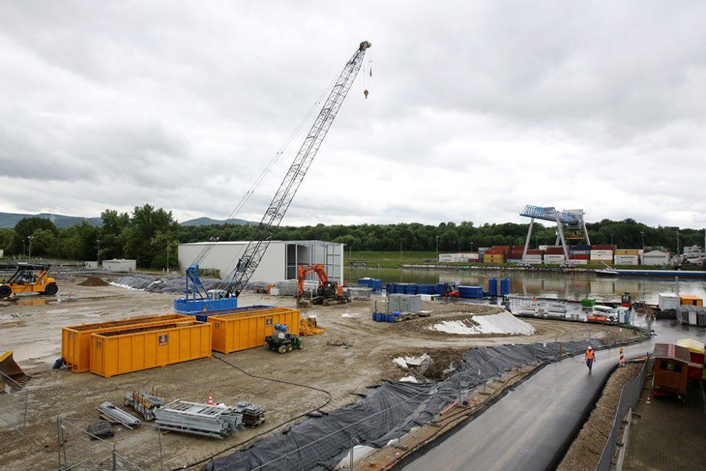 Links im Hintergrund ist die beinahe fertiggestellte Halle für die Grundwasserreinigungsanlage erkennbar (Aufnahmedatum: 30. Mai 2016), Quelle: Pressefoto Roche