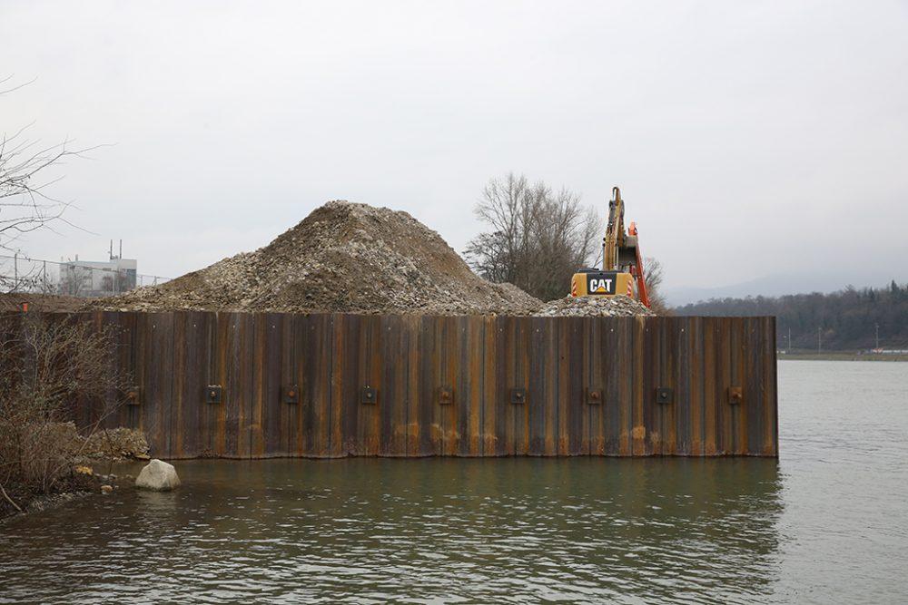 Seitenblick auf den Schiffsanleger: Die Vorschüttung ist vollständig entfernt (Aufnahmedatum: 16. Februar 2016), Quelle: Pressefoto Roche