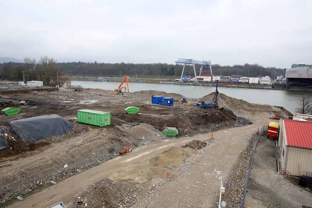 Rechts im Bild: Blick auf die zukünftige Baustraße hin zum Schiffsanleger. (Aufnahmedatum: 16. Februar 2016); Quelle Pressefoto Roche