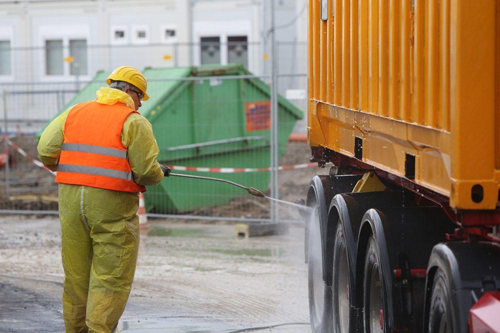 LKW und Spezialcontainer werden vor Verlassen des Sanierungsgeländes gründlich gereinigt. (Aufnahmedatum: 10. Februar 2016); Quelle Pressefoto Roche