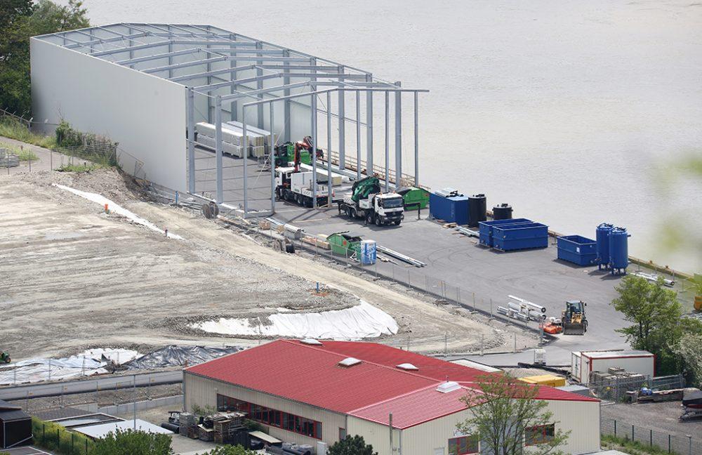 Blick auf den Sanierungsbereich und die Schiffsanlegestelle mit der Halle für die Grundwasserreinigungsanlage (Aufnahmedatum: 15. Mai 2016), Quelle: Pressefoto Roche