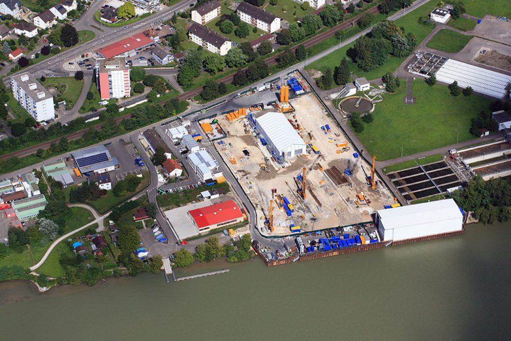 Sanierungsgelände mit Schiffsanleger, temporärer Verladehalle und der Halle für die Grundwasserreinigungsanlage (Aufnahmedatum: 29. Juli 2016), Quelle: Pressefoto Roche