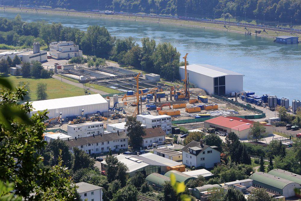 Perimeter 1 mit der temporären Verladehalle und Schiffsanleger mit der Halle für die definitive Grundwasserreinigungsanlage (Aufnahmedatum: 2. September 2016), Quelle: Pressefoto Roche