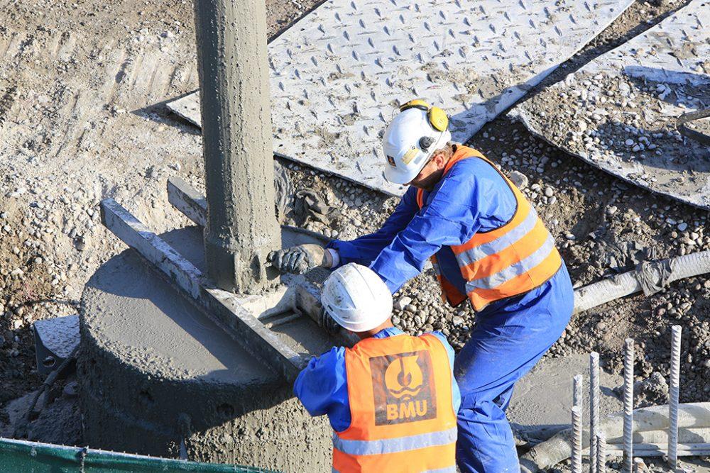 Beton ins Bohrloch: Zwei Mitarbeitende demontieren das Kontraktorrohr nach dem Betoniervorgang. (Aufnahmedatum: 14. September 2016), Quelle: Pressefoto Roche