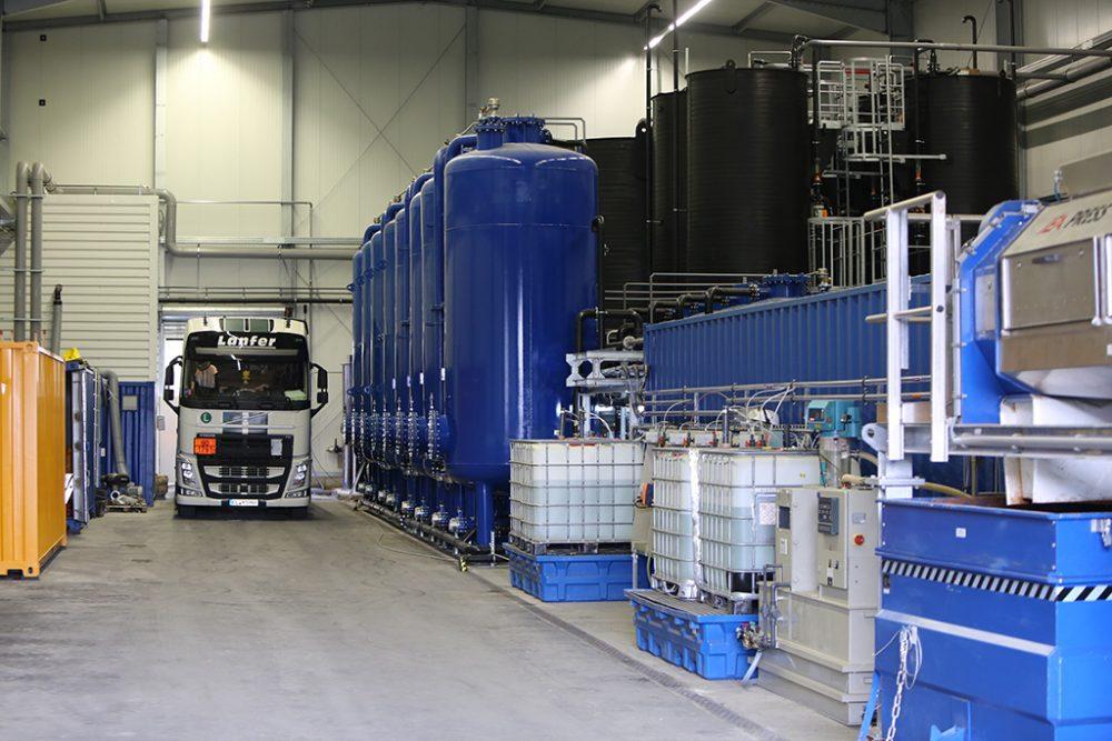 Blick auf die finale Grundwasserreinigungsanlage in der Halle auf dem Schiffsanleger (Aufnahmedatum: 20. Februar 2017); Quelle: Pressefoto Roche.