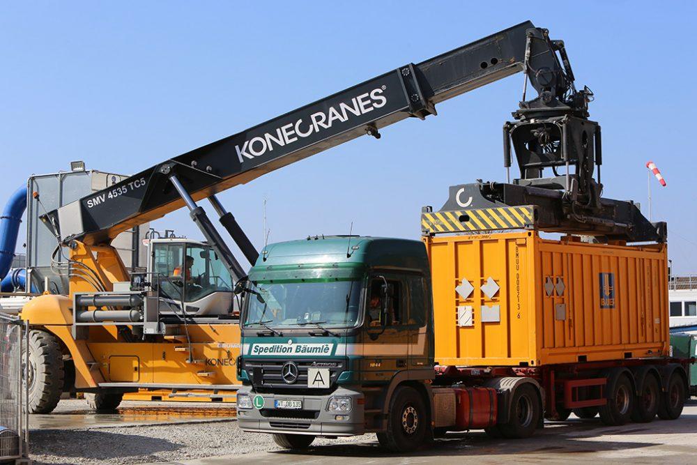 Der Abtransport des belasteten Erdmaterials erfolgt in gasdichten und havariesicheren Transportcontainern (Aufnahmedatum: 16. März 2017); Quelle: Pressefoto Roche.