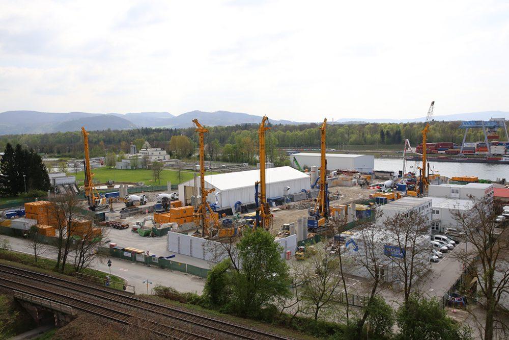 Blick auf den Sanierungsbereich mit den fünf Großbohrgeräten und den temporären Lärmschutzwänden (Aufnahmedatum: 6. April 2017); Quelle: Pressefoto Roche.