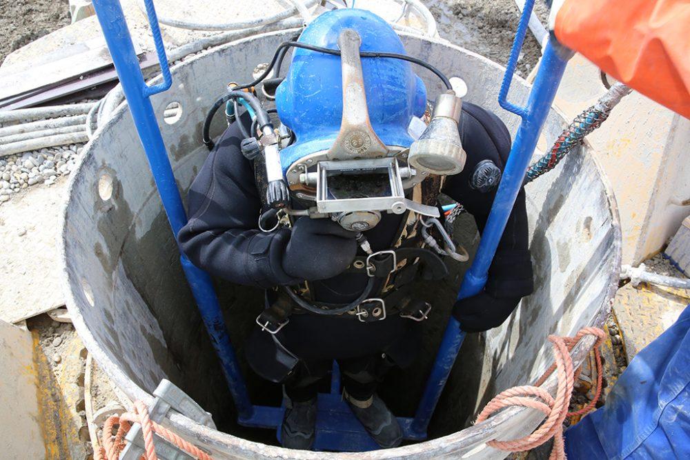 Der Taucher wird in das havarierte Bohrrohr hinabgelassen, um in 10 Meter Tiefe Schweißarbeiten vorzunehmen (Aufnahmedatum: 3. Mai 2017); Quelle: Pressefoto Roche.