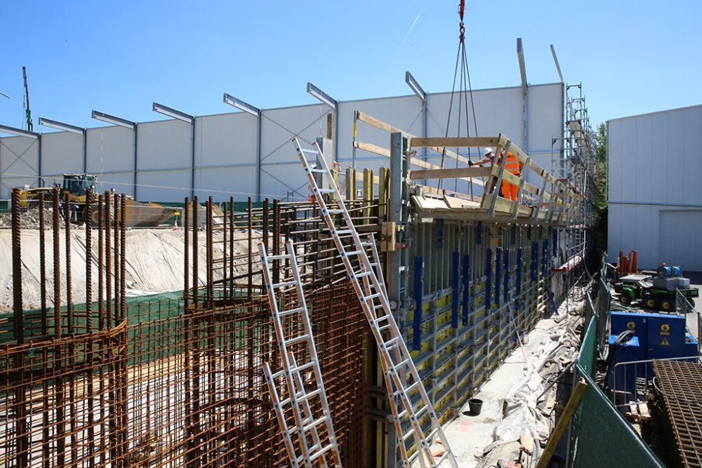 Schrittweise erfolgen der Bau des Kopfbalkens entlang der südlichen Perimetergrenze (Aufnahmedatum: 22. Mai 2017); Quelle: Pressefoto Roche.