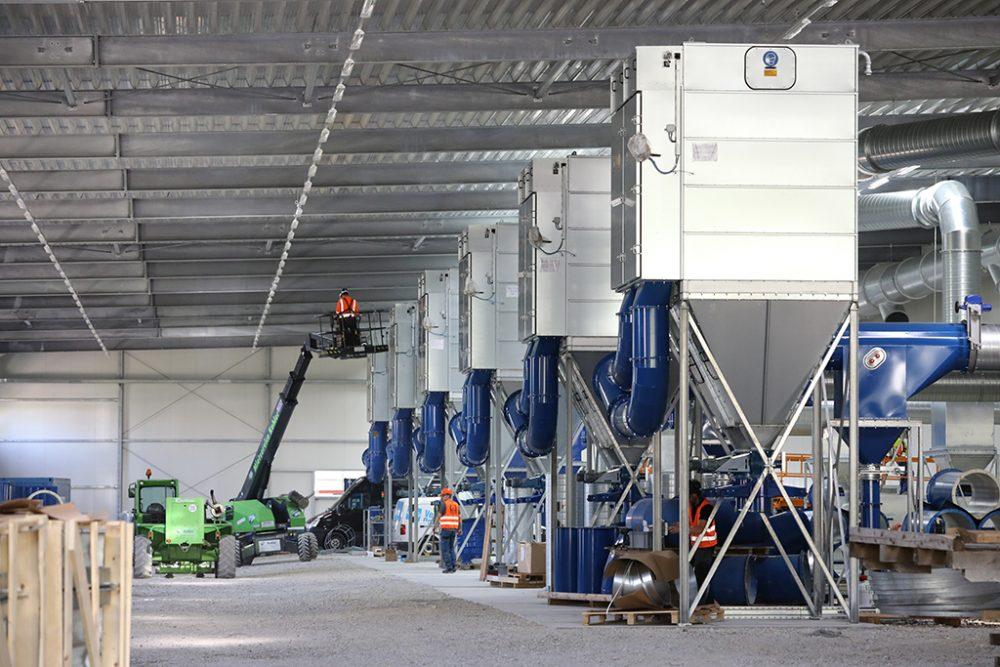Im Südbereich der Einhausung erfolgt der Einbau der technischen Installationen, hier sind die sechs Module der Luftreinigungsanlage zu sehen (Aufnahmedatum: 21. August 2017); Quelle: Pressefoto Roche.