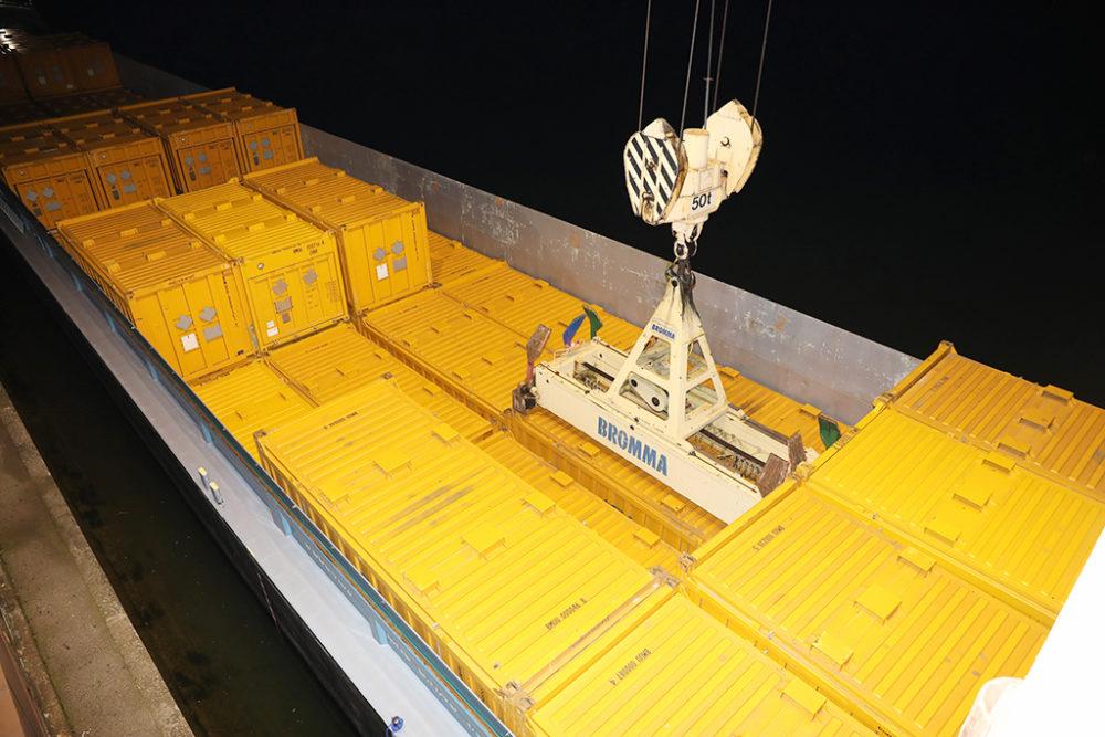 Die befüllten Transportcontainer werden in der Nacht vom Schiff auf die Schiene umgeschlagen; Quelle: Pressefoto Roche.