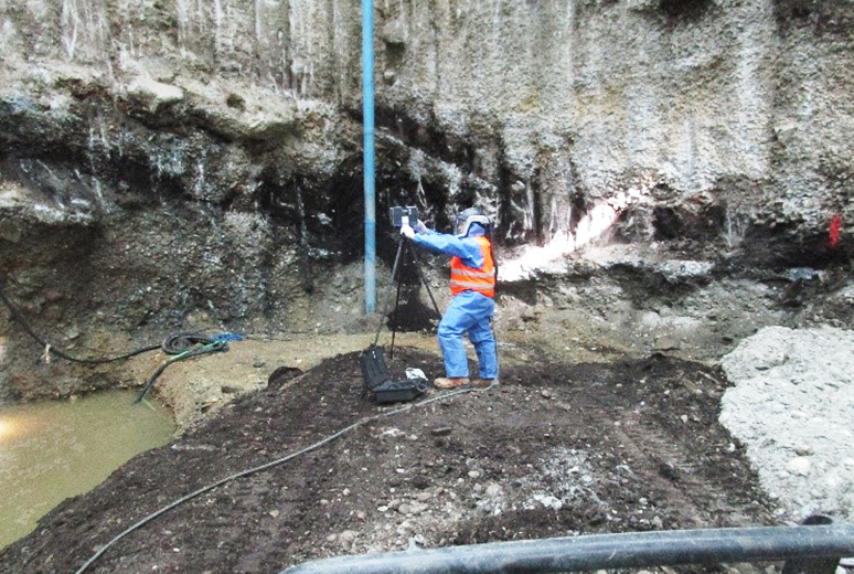 Ein Mitarbeiter des Generalunternehmers BAUER Resources vermisst mit einem 3D-Scanner das Baufeld Nord Quelle: Pressefoto Roche.