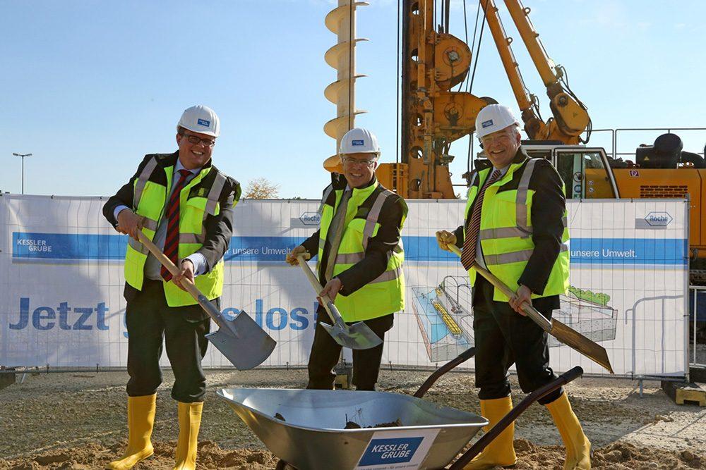 (v.l.n.r.) Dr. Tobias Benz (Bürgermeister von Grenzach-Wyhlen), Dr. Hagen Pfundner (Vorstand der Roche Pharma AG) und Prof. Thomas Bauer (Vorstandsvorsitzender der BAUER AG) setzen gemeinsam den ersten Spatenstich für die Sanierung von Perimeter 1/3-Nordwest der Altablagerung Kesslergrube (Aufnahmedatum: September 2015), Quelle: Pressefoto Roche