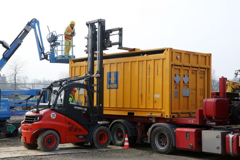 Der letzte Spezialcontainer mit Deckerdmaterial aus der Geländemodellierung verlässt das Sanierungsgelände (Aufnahmedatum: 1. März 2016); Quelle: Pressefoto Roche.