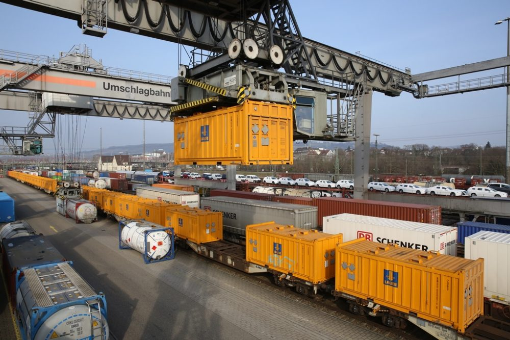 Umschlag der Spezialcontainer auf die Bahn am DUSS-Terminal in Weil am Rhein (Aufnahmedatum: 1. März 2016); Quelle: Pressefoto Roche.