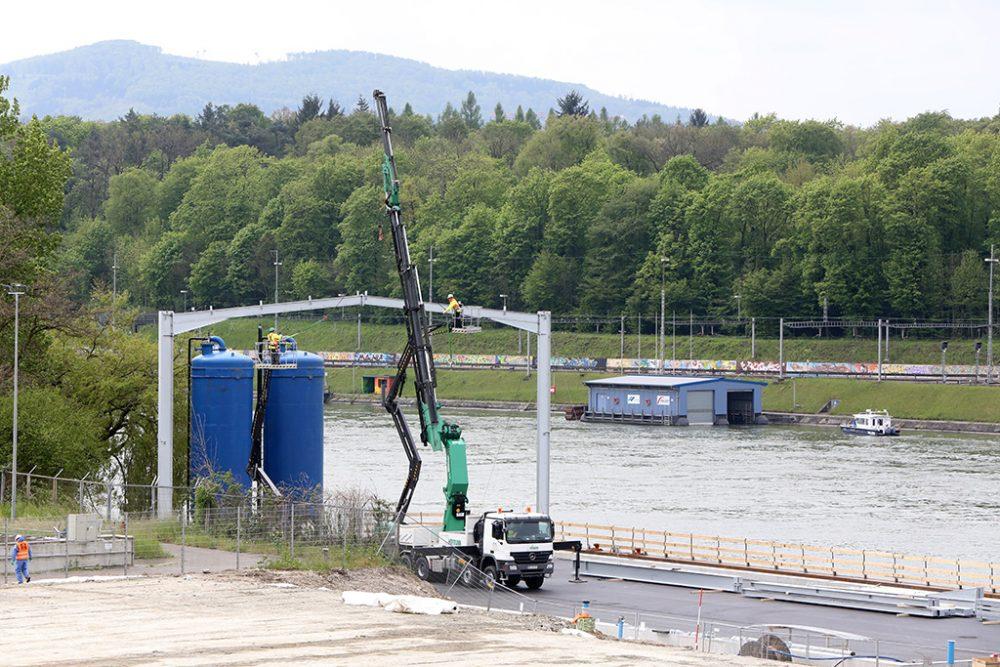 Einhausung der Grundwasserreinigungsanlage: Teile der Trägerkonstruktion werden bereits aufgebaut. Im Hintergrund in blau die zwei für den zukünftigen Grundwasserreinigungsprozess benötigten Filtertanks. (Aufnahmedatum: 3. Mai 2016), Quelle: Pressefoto Roche