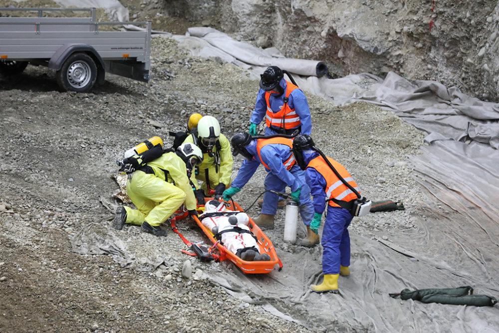 Erstversorgung: Rettungskräfte und ortskundige Mitarbeitende des Generalunternehmens BAUER Resources sichern den Verletzten (Puppe); Quelle: Pressefoto Roche