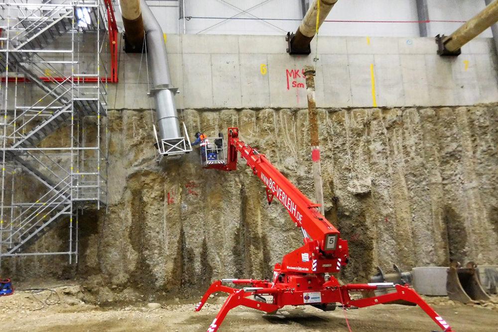 Fachkräfte reinigen u. a. die Zuluftrohre, Hallenkonstruktion und die Innenwände der Einhausung; Quelle: Pressefoto Roche