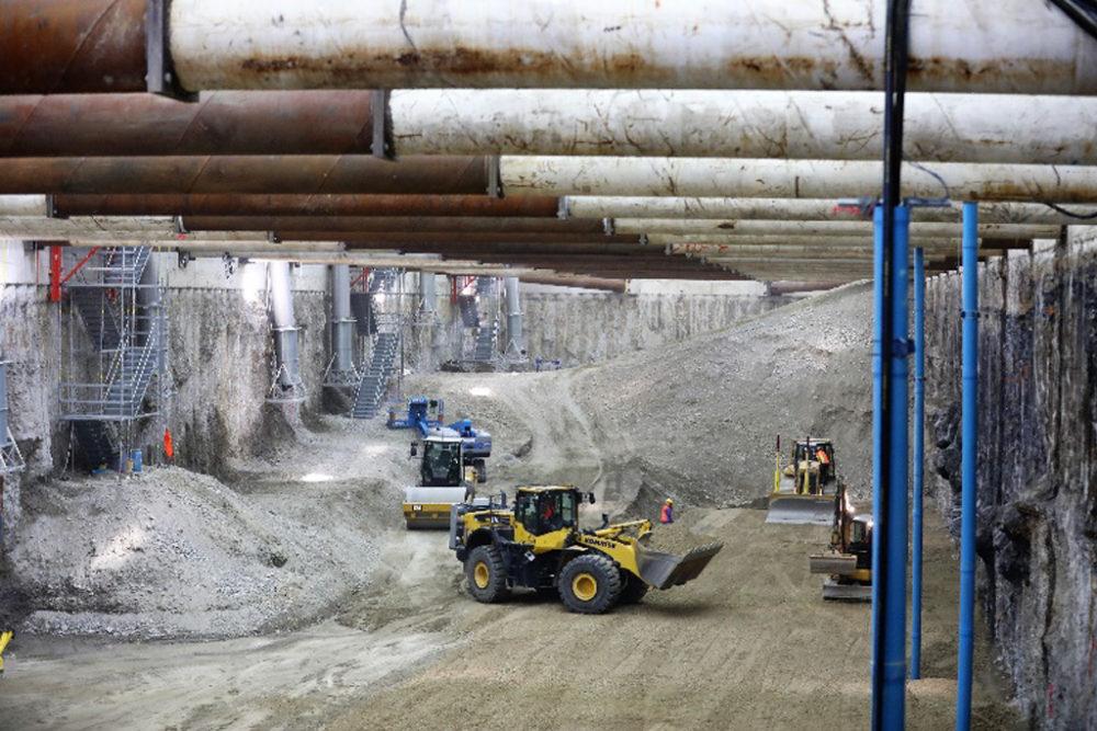 Das angelieferte Erdmaterial wird mit schwerem Gerät im komplett sanierten Baufeld Nord verteilt und verdichtet; Quelle: Pressefoto Roche