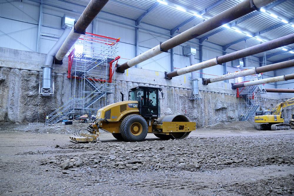Das Erdmaterial wird lagenweise eingebracht und mittels einer Walze verdichtet; Quelle: Pressefoto Roche