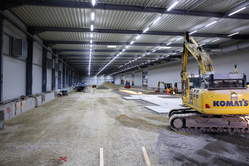 Im Anschluss an die Wiederverfüllung haben im Baufeld Nord die Arbeiten für die Verlegung der Betonplatten begonnen; Quelle: Pressefoto Roche