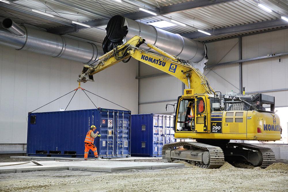Auf den Betonplatten im Baufeld Nord wurden bereits die Kompressor-Einheiten der Abluftreinigungsanlage platziert; Quelle: Pressefoto Roche