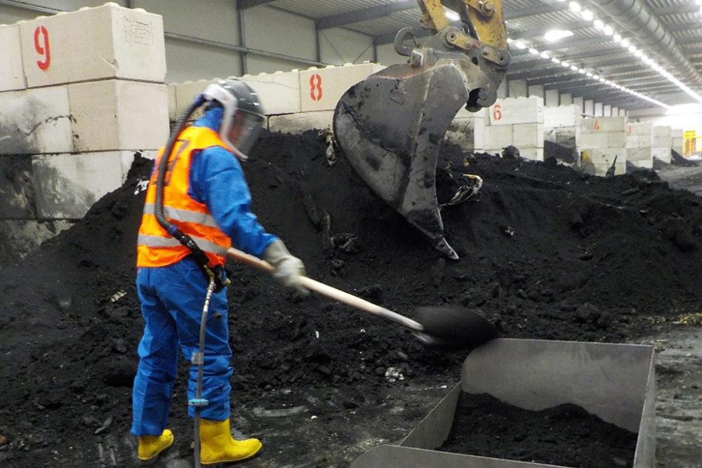 Ein Geologe entnimmt aus einer Sondercharge Erdmaterial zur Erstellung einer Mischprobe. Quelle: Pressefoto Roche