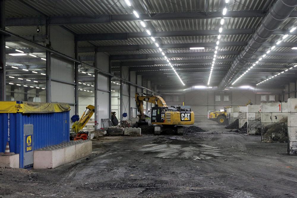 Im Baufeld Mitte stehen Lagerboxen (rechter Bildrand), in denen das belastete Erdreich entsprechend der analytischen Zuordnung zwischengelagert wird. Quelle: Pressefoto Roche