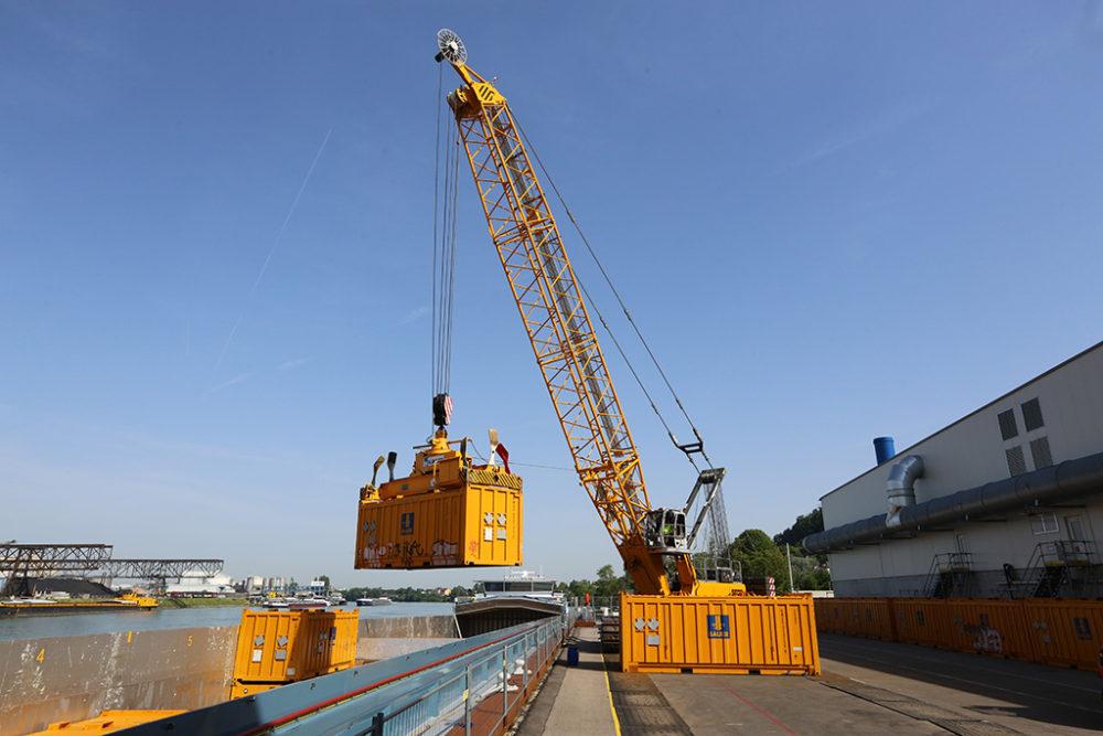 Die gasdichten und haveriesicheren Spezialcontainer werden am Anleger von Perimeter 1/3-Nordwest der Altablagerung Kesslergrube auf Schiffe verladen. Quelle: Pressefoto Roche