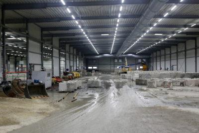 Die Elemente der Lagerboxen im Baufeld Mitte werden ebenfalls gesäubert. Quelle: Pressefoto Roche.