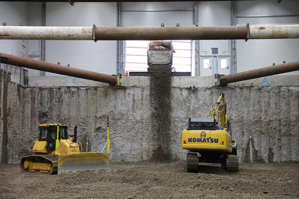 Ein LKW liefert für die Rückverfüllung sauberes Erdmaterial an.  Quelle: Pressefoto Roche.