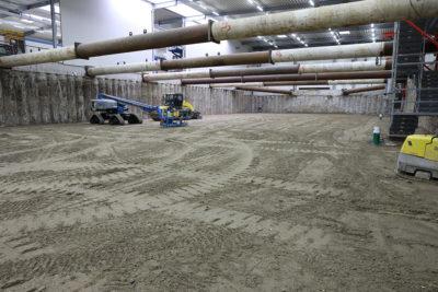 Das Baufeld Süd ist soweit rückverfüllt, dass die Steifen ausgebaut werden können. Quelle: Pressefoto Roche.