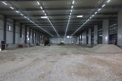 Nach Einbringen der Tragschicht wird die Fläche in Baufeld Süd asphaltiert und somit als Logistikfläche für den Aushub in Baufeld Mitte vorbereitet. Quelle: Pressefoto Roche.