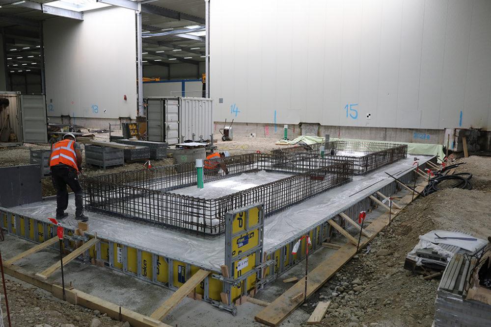 Im Baufeld Süd und innerhalb der Logistikhalle finden Bewehrungs- und Schalungsarbeiten für die drei Schleusensysteme statt. Quelle: Pressefoto Roche.