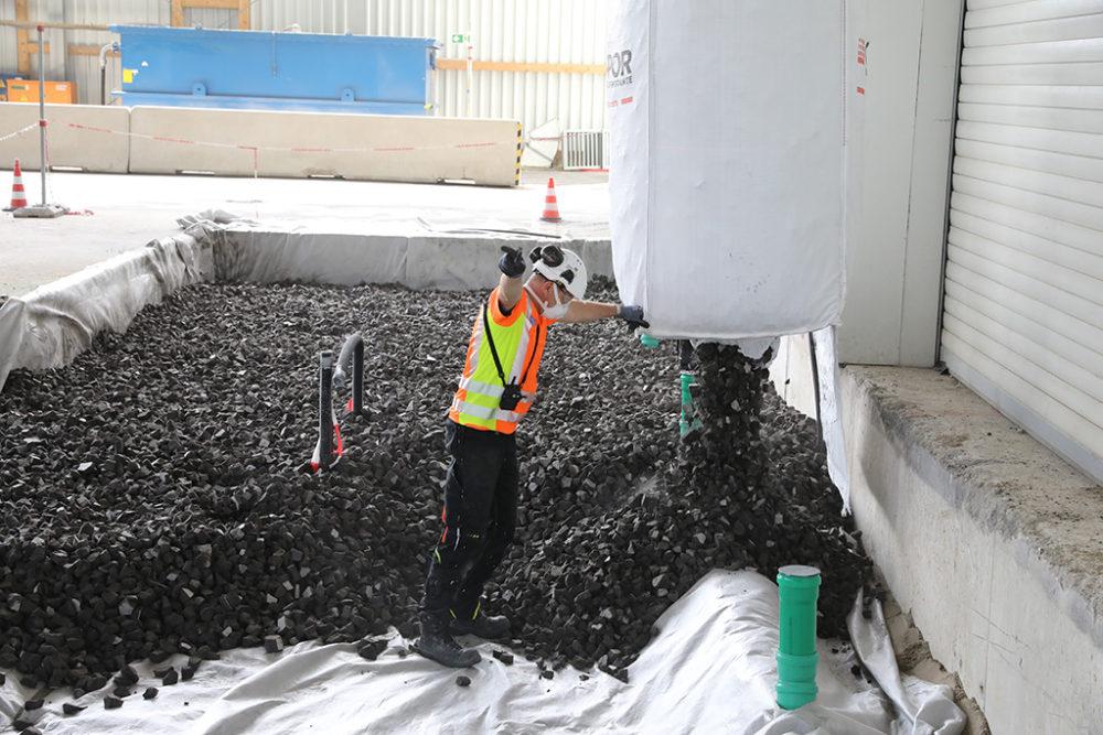 Um die Tragfähigkeit der zukünftigen Betonplatte vor der Einhausung zu erhöhen, wird Schaumglasschotter eingebracht. Quelle: Pressefoto Roche.