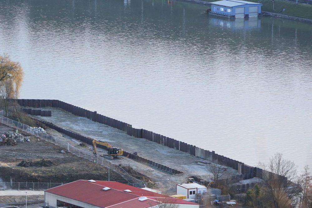Blick vom Hornfelsen auf die nun geschlossene Spundwand für die zukünftige Schiffsanlegestelle (Aufnahmedatum: 22. November 2015), Quelle: Pressefoto Roche