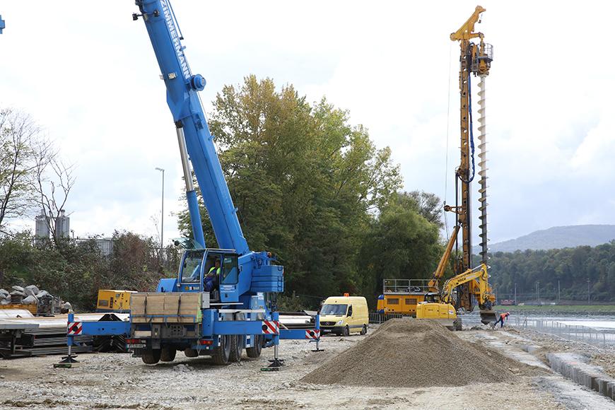 Blick auf die sich im Bau befindende temporäre Schiffsanlegestelle. Rechts im Bild ist das Großdrehbohrgerät BG 28 bei Vorbohrungsarbeiten. (Aufnahmedatum: 8. Oktober 2015), Quelle: Pressefoto Roche