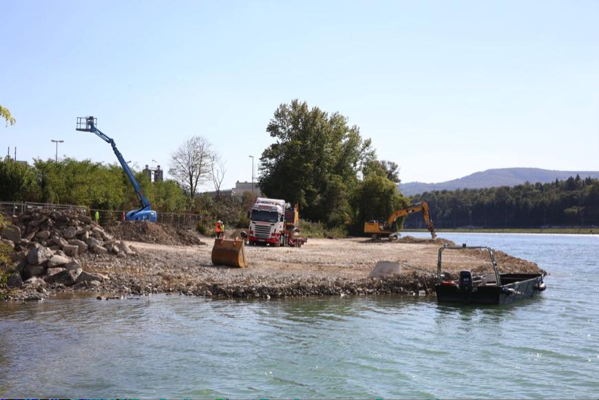 Ausbringen von Füllmaterialien für die Schüttung des Schiffsanlegers (Aufnahmedatum: 29. September 2015), Quelle: Pressefoto Roche